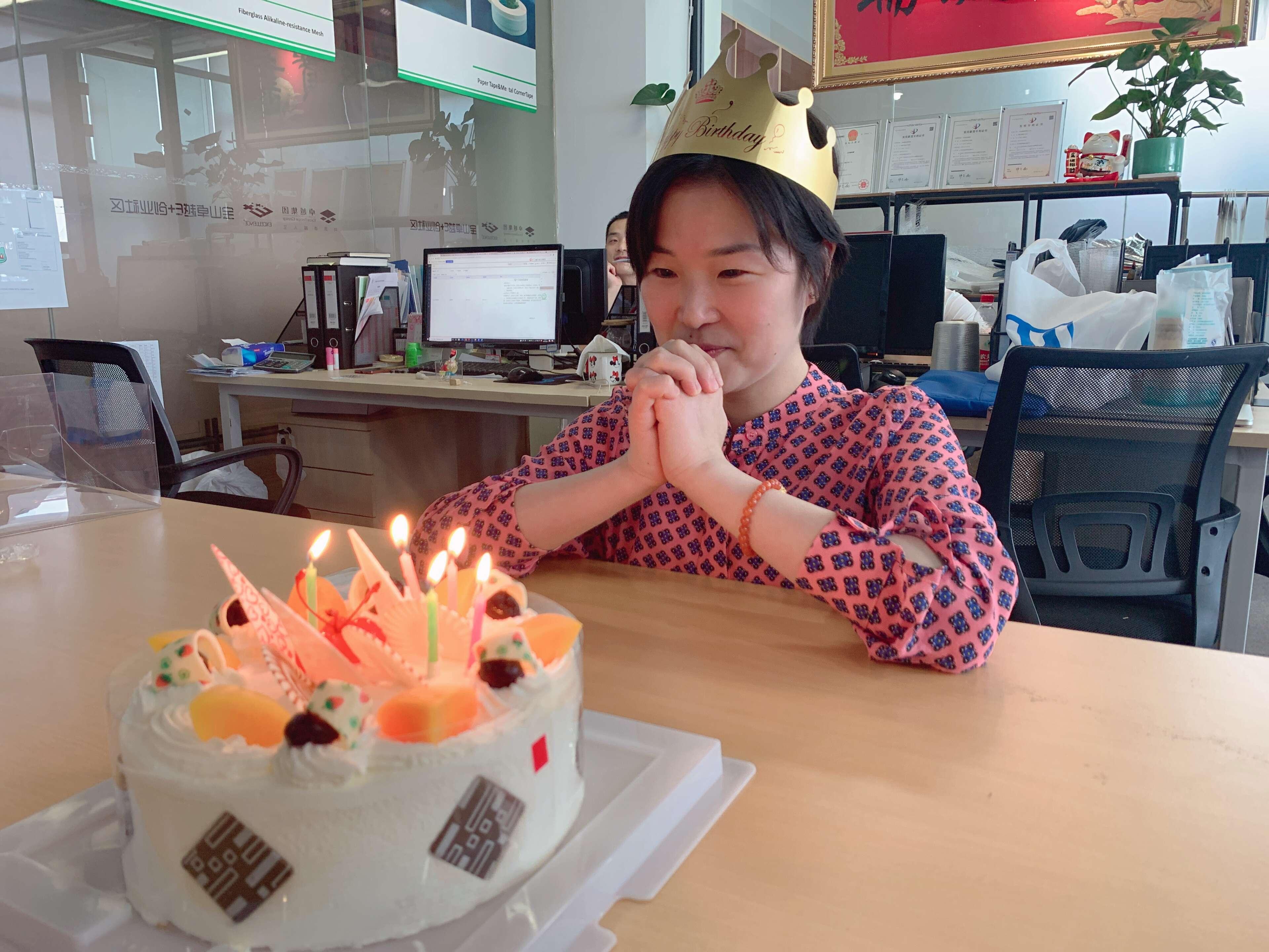 Shanghai Ruifiber celebrates the birthday of its employee (2)